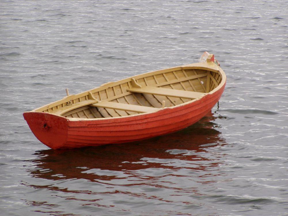 к лодке подходят два человека